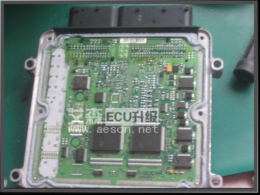 打开电脑露出里面复杂的电路板